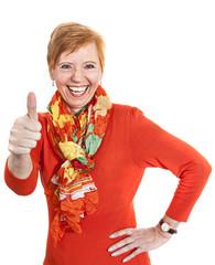 Lebenslustige ältere Frau (64 Jahre) hebt Daumen (thumbs up)
