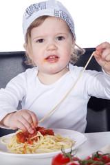 Kind isst Spaghetti