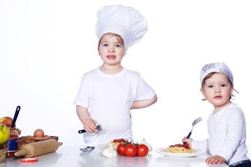 2 kleine Kinder essen Spaghetti