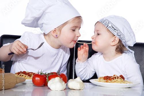Kinder spielen Kino und essen eine Spaghetti