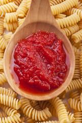 mestolo con condimento per pasta