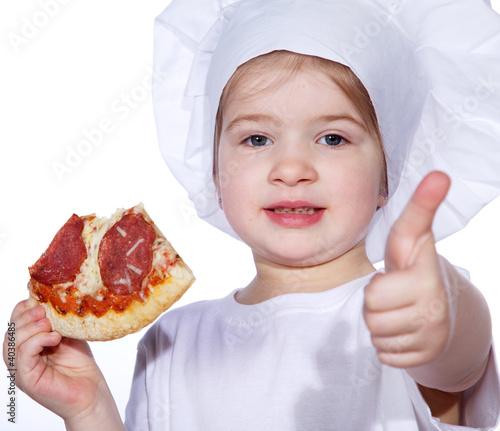 Junges Mädchen mit Pizza hält Daumen hoch