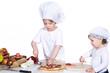 Gast zeigt wo die Pizza hin soll, Koch serviert