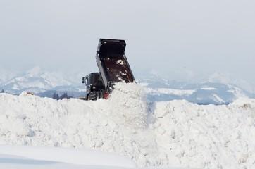 排雪するダンプトラック
