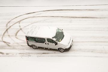 Lieferwagen wendet im Schnee