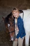 bambina accarezza pony