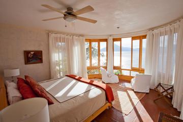 Vue intérieure chambre de luxe avec vue lac