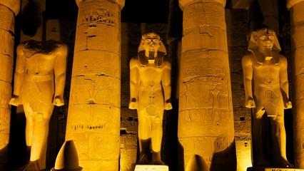 Beleuchtete Ramses Statuen im Luxor Tempel
