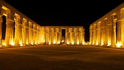 Beleuchteter Säulensall im Luxor Tempel