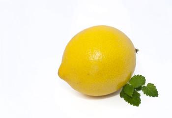Zotrone mit Zitronenmelissenblättern