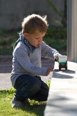 jeu d'enfant dans le jardin