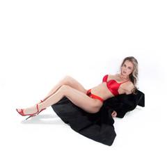 Hübsche sportliche Frau liegt edel am Boden