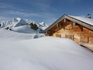 Winterlandschaft  mit Schihütte in den Alpen
