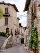 Middeleeuwse straat in de Italiaanse heuvels van de stad Assisi