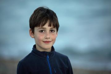 niño mirando sonriente