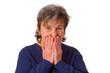 Seniorin haelt sich den Mund zu