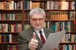Anwalt prüft Vertrag - Lawyer