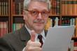 Anwalt prüft Vertrag - Lawyer reading contract
