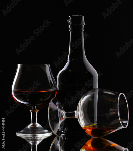 szkla-brandy-i-butelka-na-czarnym-tle
