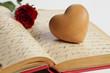 Holzherz mit Rose und altem Buch