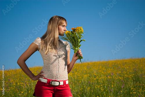 junge Frau mit Blumen zum Muttertag