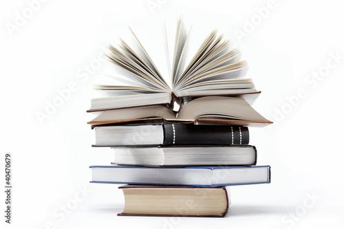 Ein Stapel Bücher auf einem weißen Hintergrund.