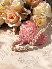 Tischdekoration mit Herz und Perlen