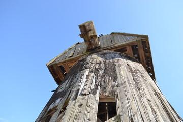Деревянная ветренная мельница.Руины.Фрагмент.