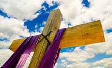 Krzyż z fioletowym serwet lub skrzydła na Wielkanoc