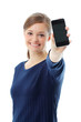 スマートフォンを見せる女性