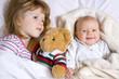 rodzeństwo w łóżku