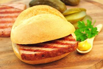 Brötchen mit Fleischkäse