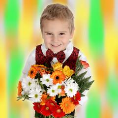 Freundlicher Junge mit Blumen