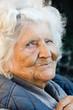 Lachende alte Frau