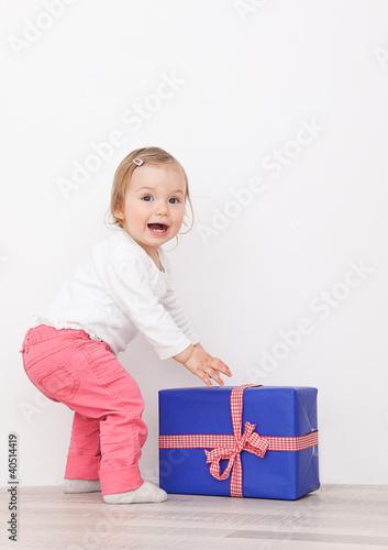 kind freut sich über das geschenk