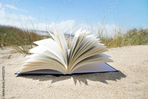Buch im Sand