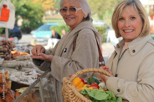 Keuken foto achterwand Boodschappen Mother and daughter shopping at the market together