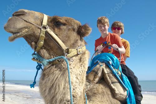 Zwei Teenager auf einem Kamel