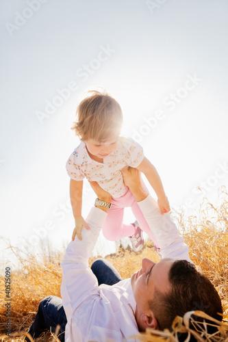 vater mit kind im frühling