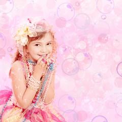 Kleine Prinzessin mit Perlen und Seifenblasen Pink