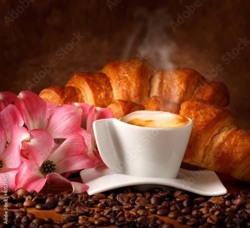 Cappuccino italiano con brioches fresche