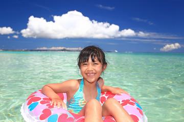 浮き輪に乗る笑顔の少女