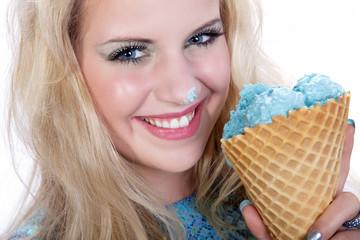 Junge Frau lustig mit Eis auf Nasenspitze