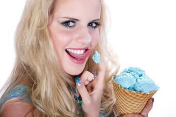 Junge Frau leckt sexy mit Eis auf Nasenspitze