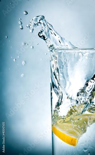 plasterek-cytryny-w-szklance-wody
