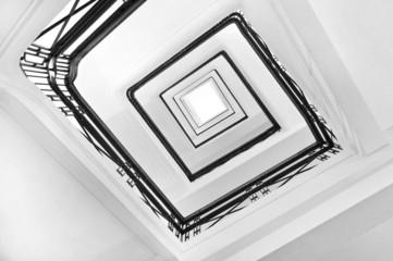 Cage d'escalier noir et blanc