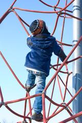 Junge im Klettergerüst