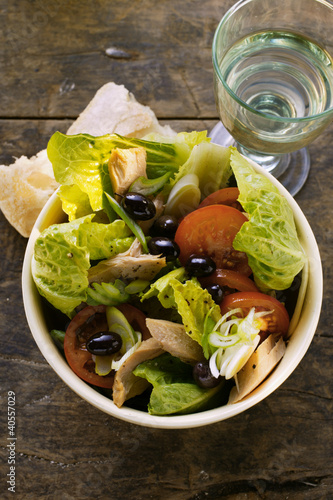Romaine lettuce with tuna, onions, tomatoes and olives