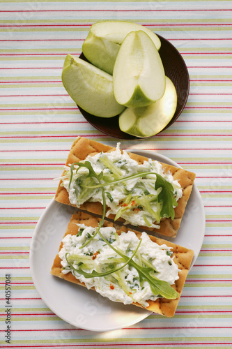 Crispbreads with quark and rocket; fresh apple wedges