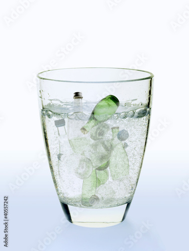 Symbolic picture: water bottles in a glass of water